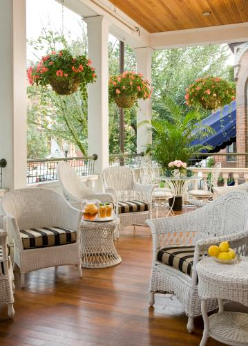 White wicker seats with lemons and colorful plants on Saratoga Arm's porch