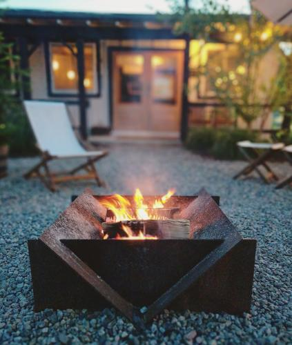 Firepit and chairs in front of Brentwood Hotel's entrance