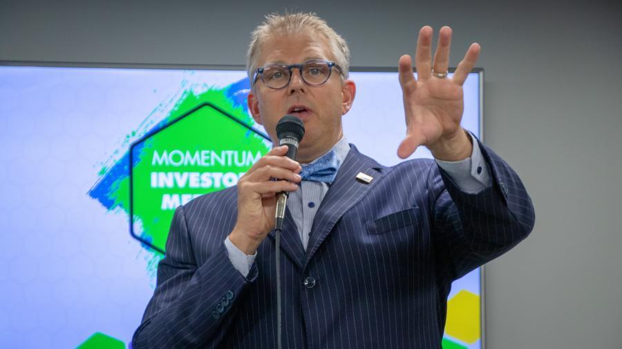 pivarnik speaks at momentum meeting