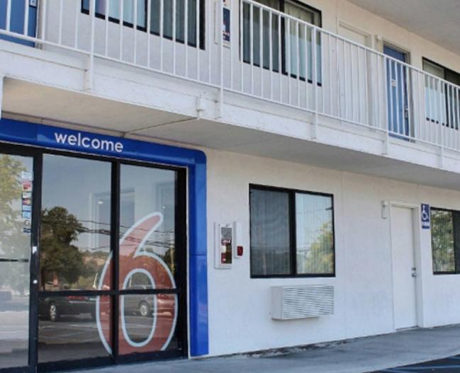15501_Motel6_outside.jpg