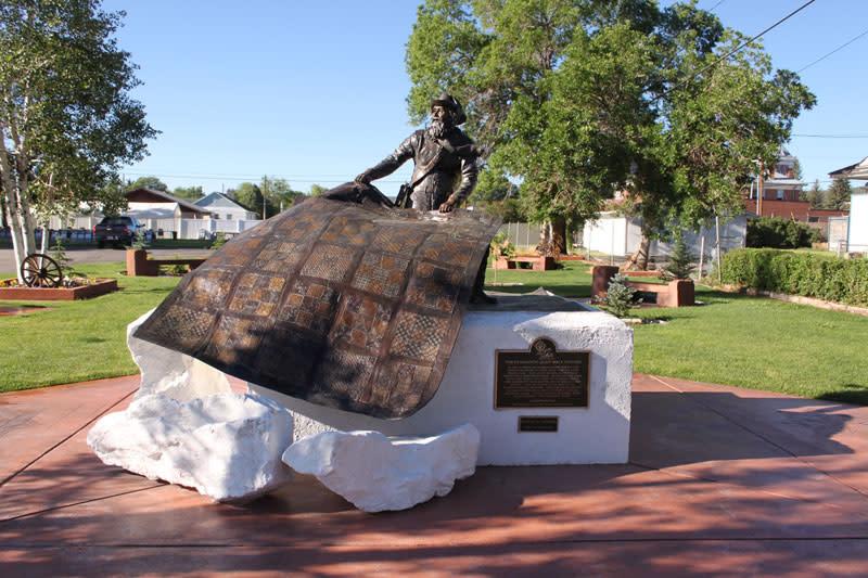 quilt-walk-statue