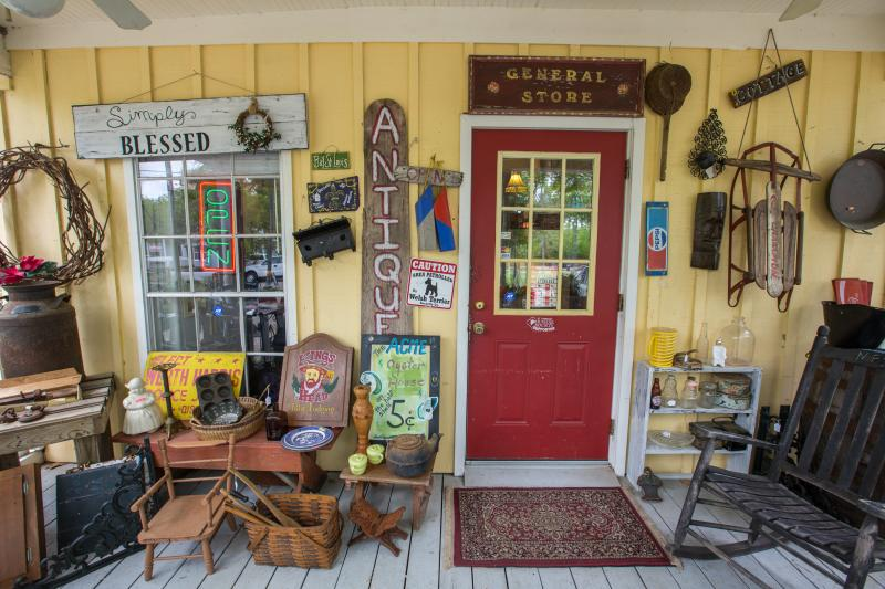 Mae's Antiques, Mandeville, shopping, Eric Lindberg photo