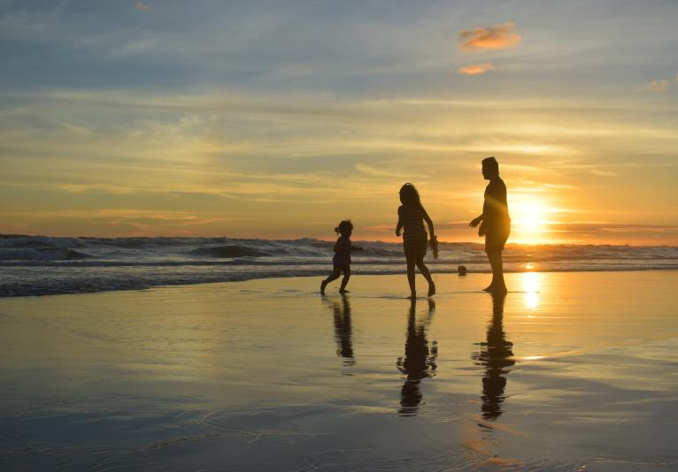 Daytona Beach Resort - FAMILY ON BEACH SUNRISE