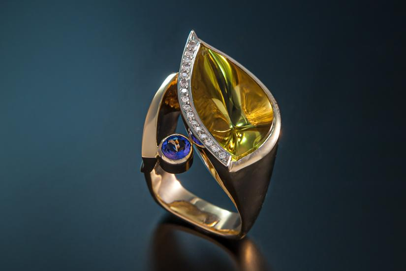 A gold ring with lemon quartz tanzanite and diamonds at Juvelisto