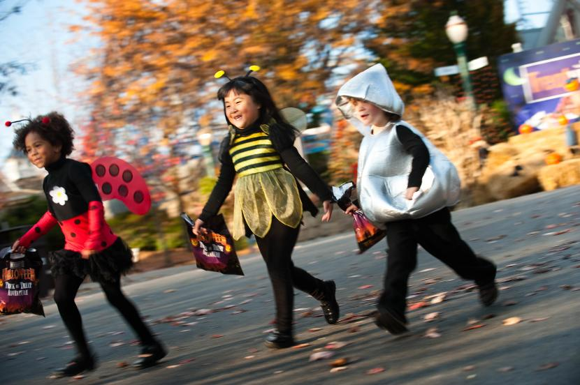 Hersheypark in the Dark kids in costumes