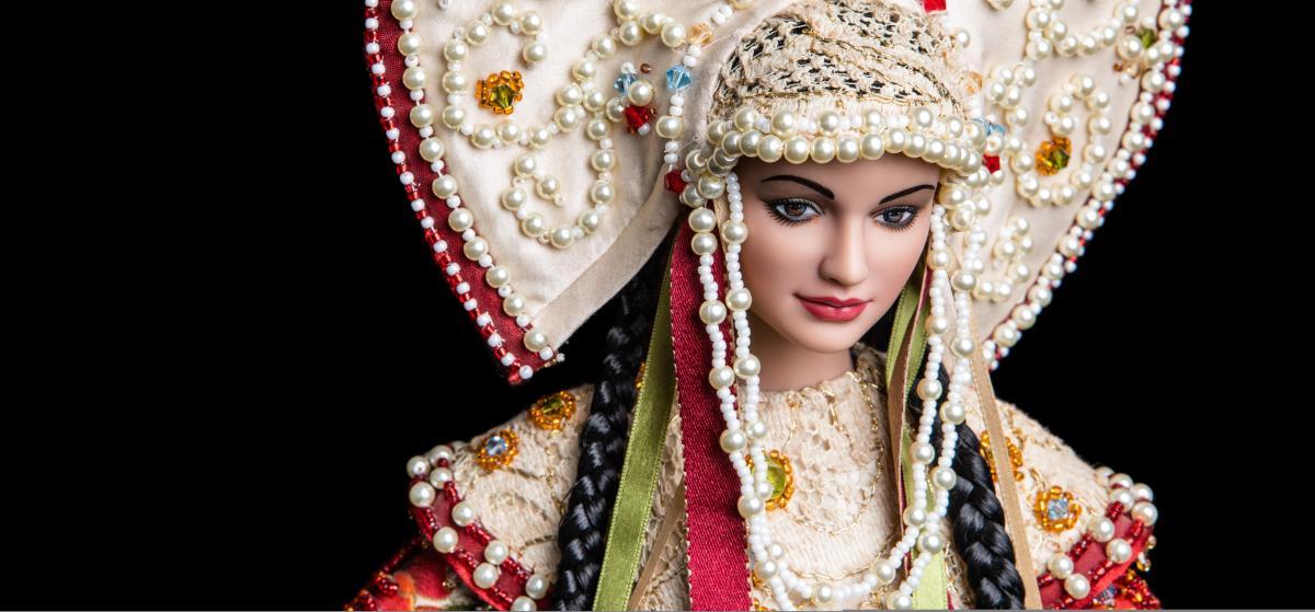 Pavlova mannequins.in a headdress