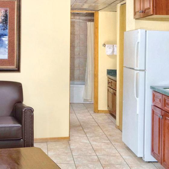 durango-co-wyndham-durango-one-bedroom-kitchen-living-area-guest-bath-1920x480
