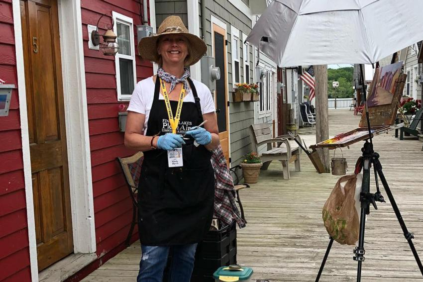 Local artist Cindy Harris paints Canandaigua boathouse en Plein Air at the City Pier