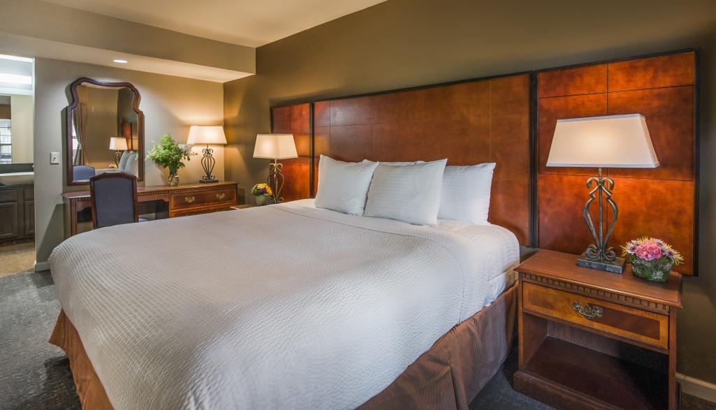 Cloverleaf Suites Room