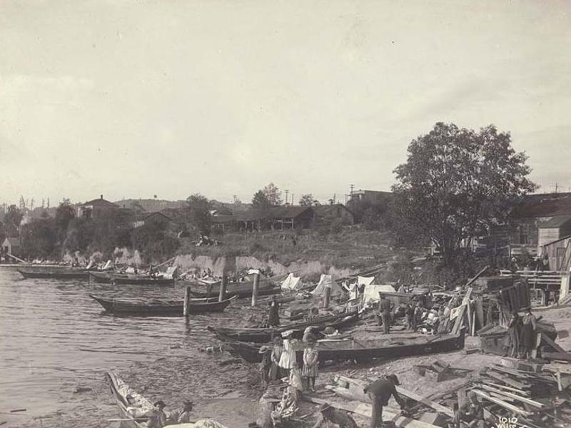 Black and white photo of Duwamish people with canoes