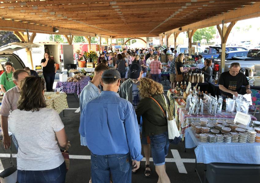 canandaigua-farmers-market-crowd