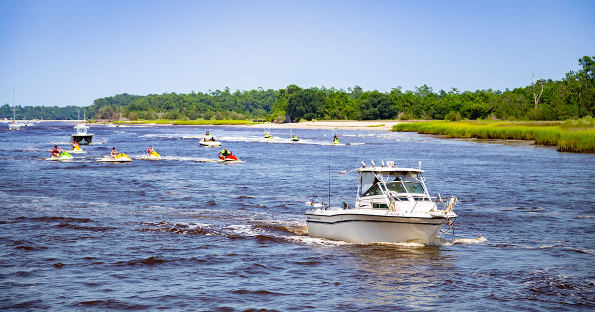 Boating on the Intracoastal Waterway in Little River