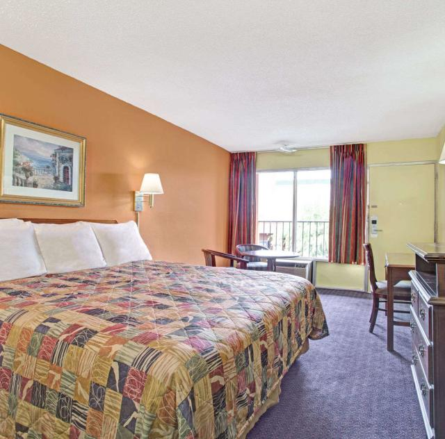 Days Inn Benson King Room