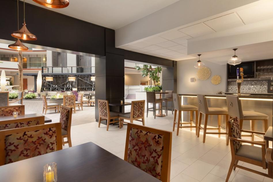 Embassy Suites restaurant bar3