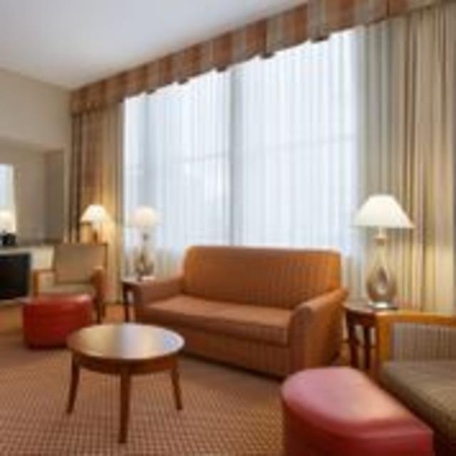 Hilton Garden Inn Downtown Richmond Hotel Suite Living Area