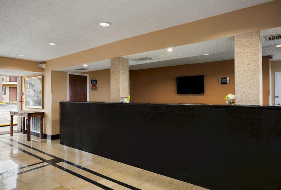 Days Inn - Irving - Front desk