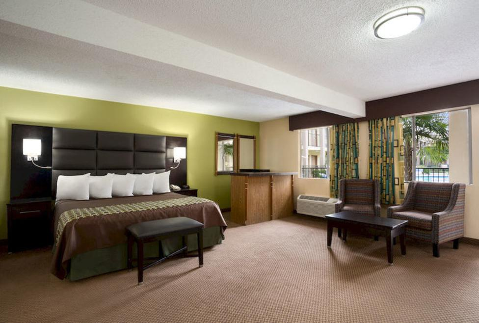 Days Inn - Irving - King Suite