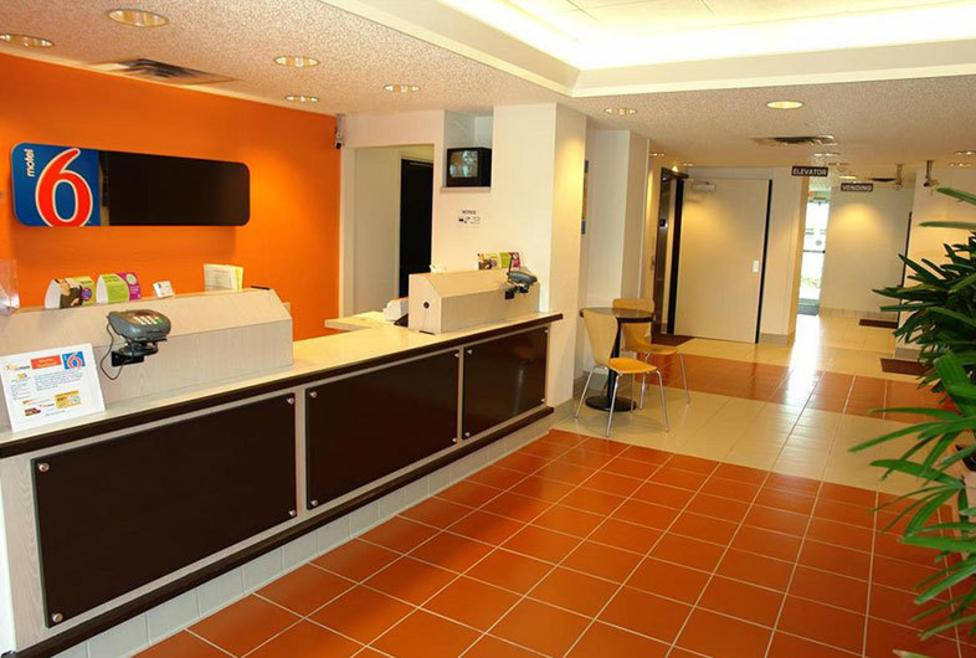 Motel 6 DFW North - Front desk