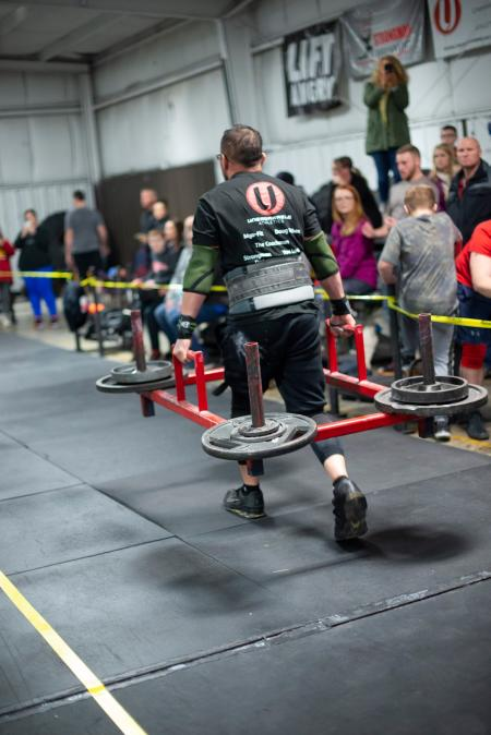 Athlete pushes himself in this Strongman event!