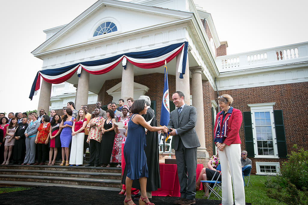Dave Matthews shakes hands at Monticello July 4th naturalization ceremony