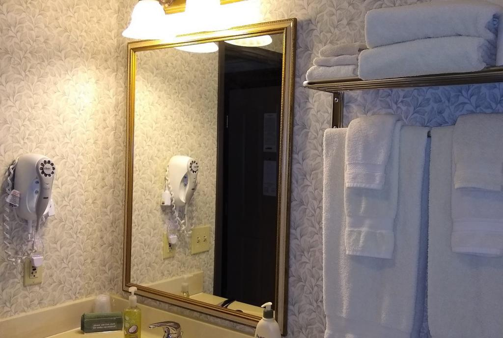 Hearthstone Inn Double Queen Bathroom