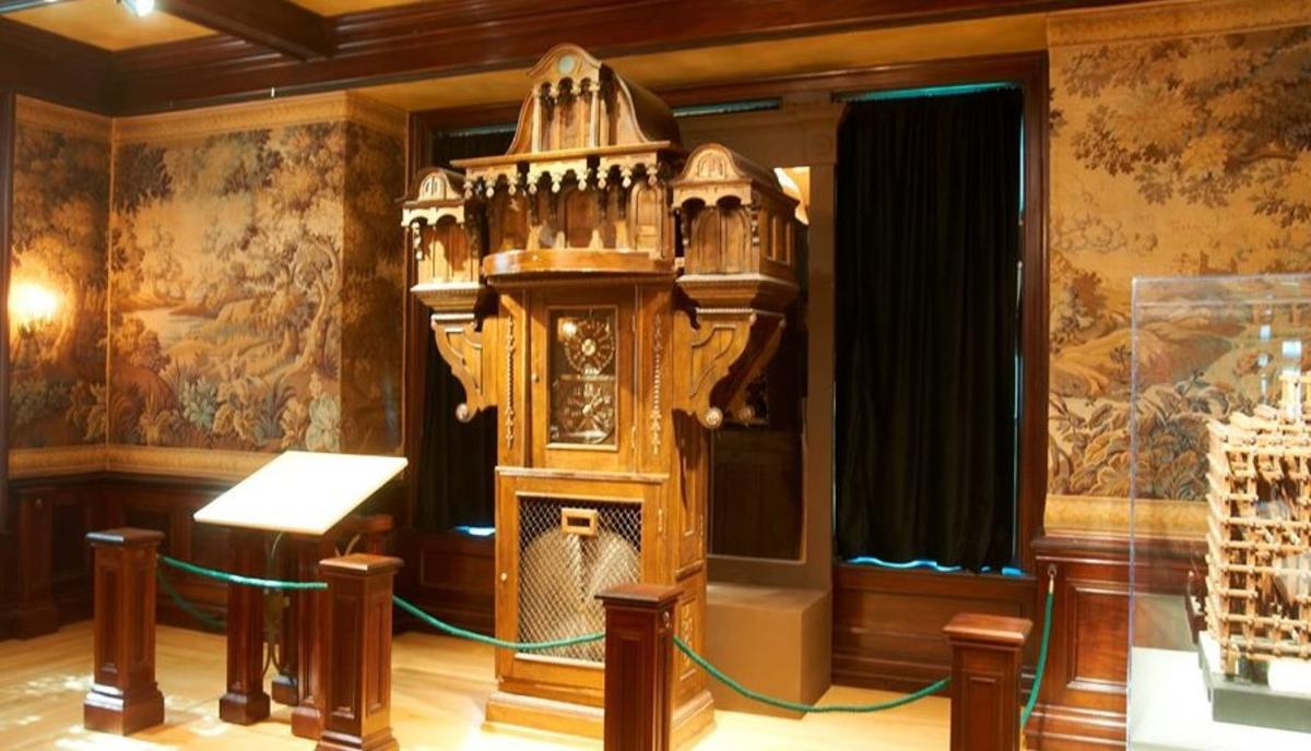 Oshkosh Public Museum Apostle Clock