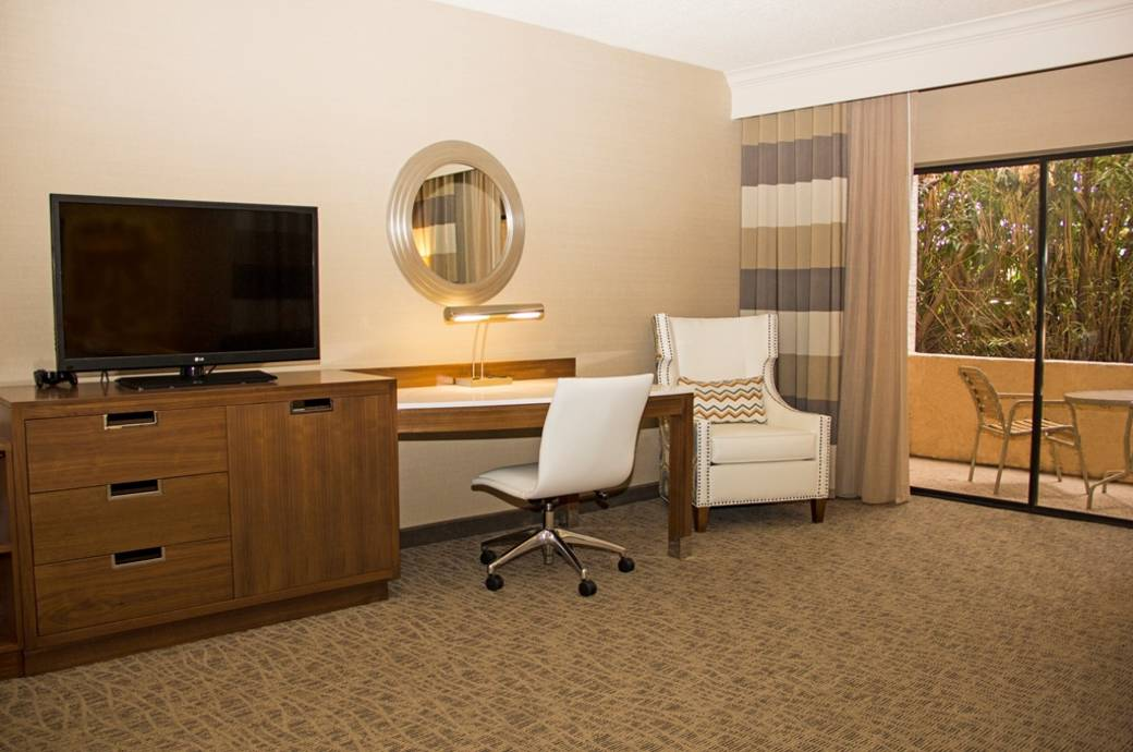 Crowne Plaza San Marcos Golf Resort Guest Room Desk Area