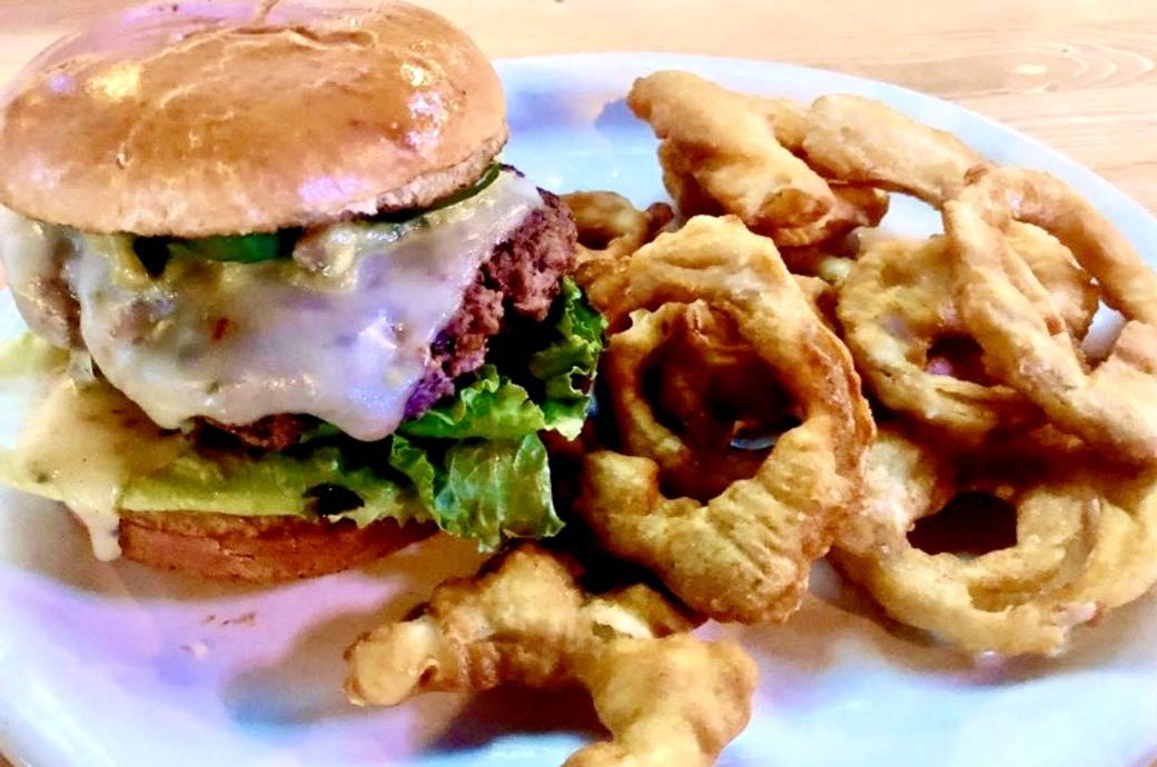 Howler's Restaurant and Sports Bar - Burger