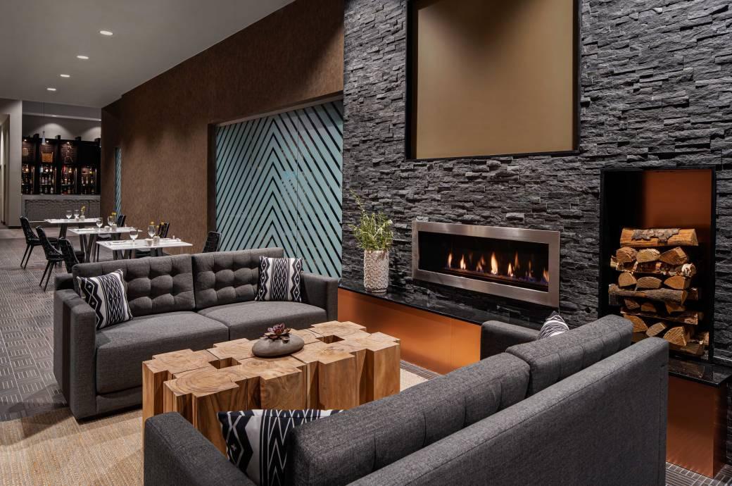 Marriott Phoenix Chandler - Restaurant Fireplace
