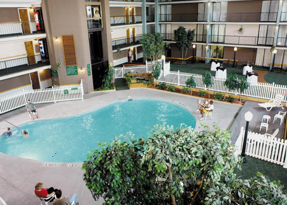 Holiday_Inn_pool.jpg