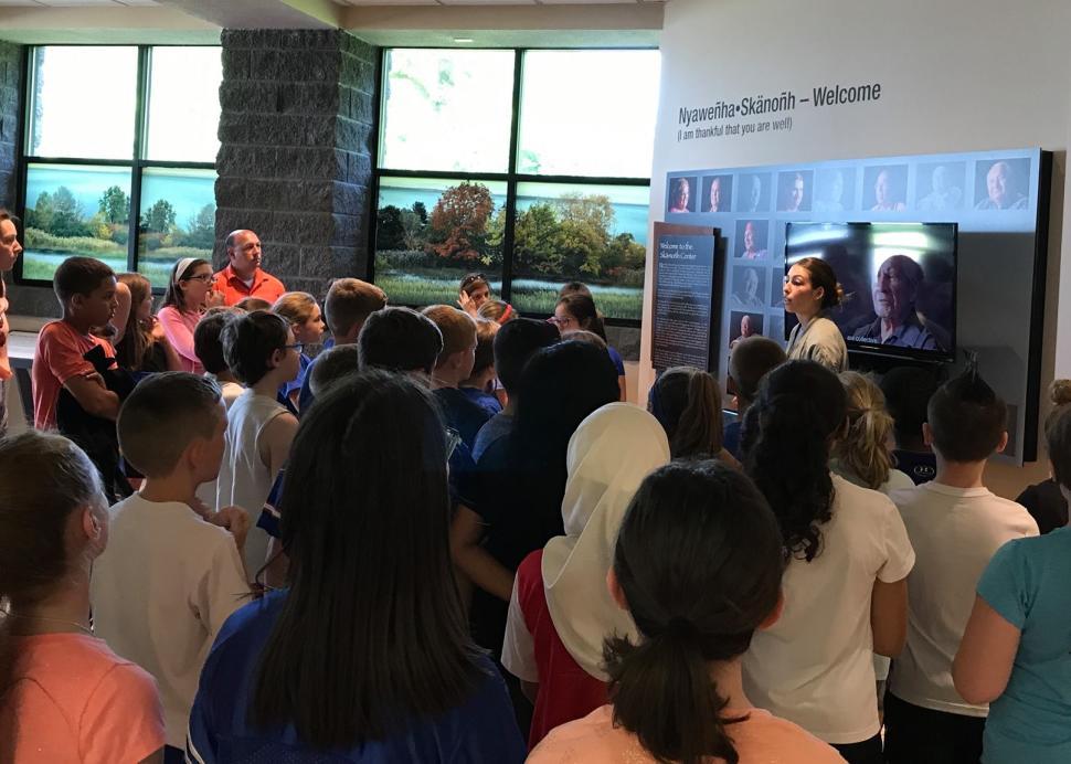 Students tour the Skä•noñh Center