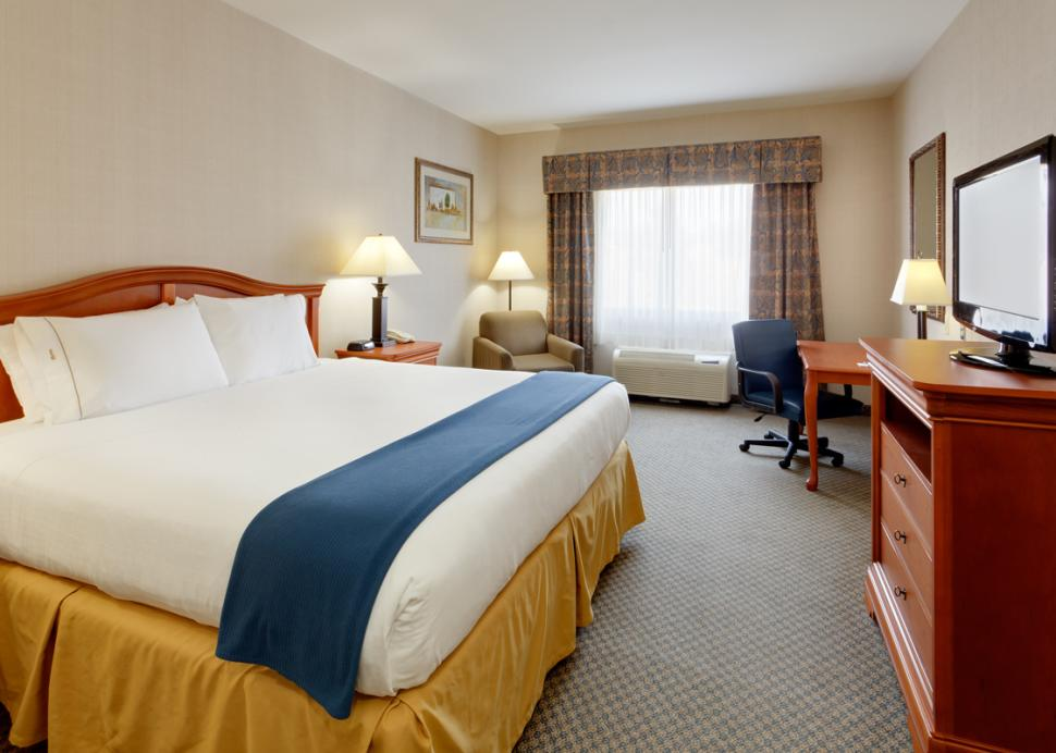 Holiday-Inn-Express-Victor-hotel-king-room