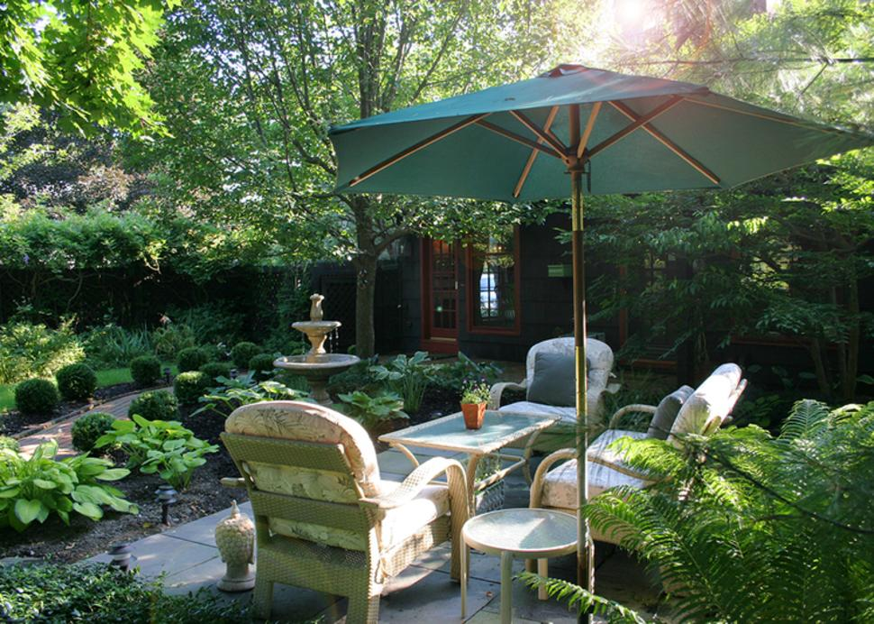 acorn-inn-canandaigua-exterior-patio-garden-table