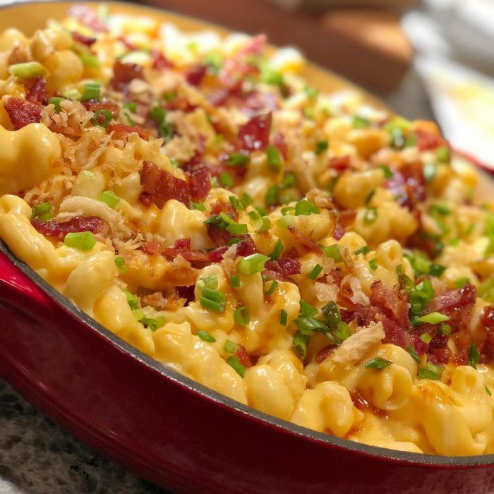 Roots 657 Mac and cheese topped with bacon bits, scallions, and more