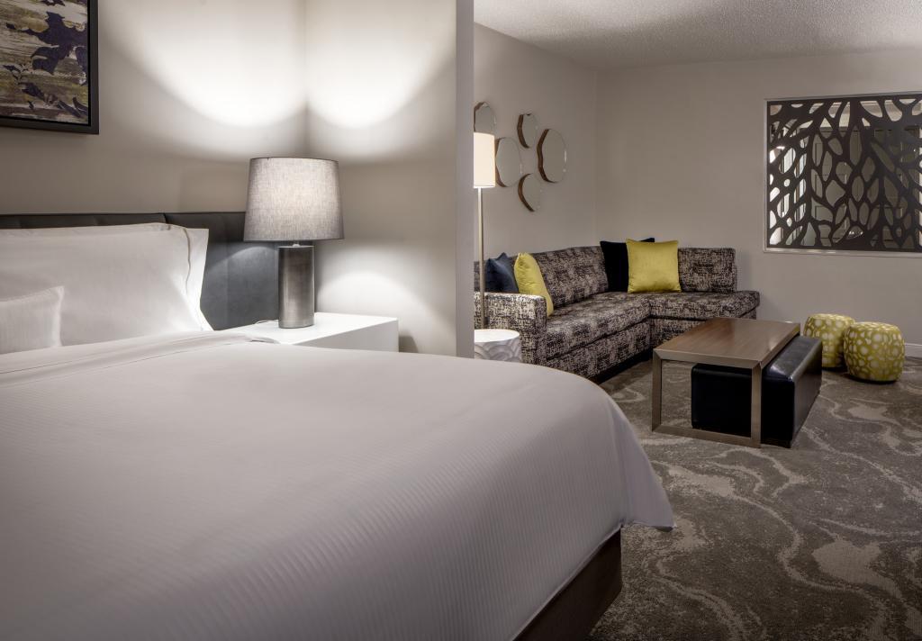 Westin Oaks Galleria Room, Single Bed and Sofa