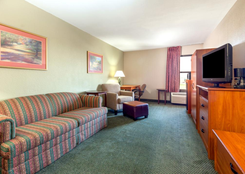 Baymont Inn & Suites East- King Suite
