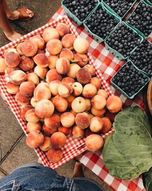 Peaches and blueberries at the outdoor farmers market