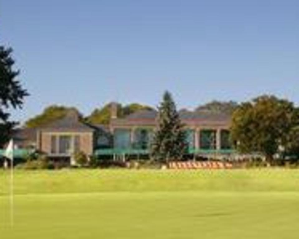 Dupont_Country_Club_Putting_Green_&_Clubhouse