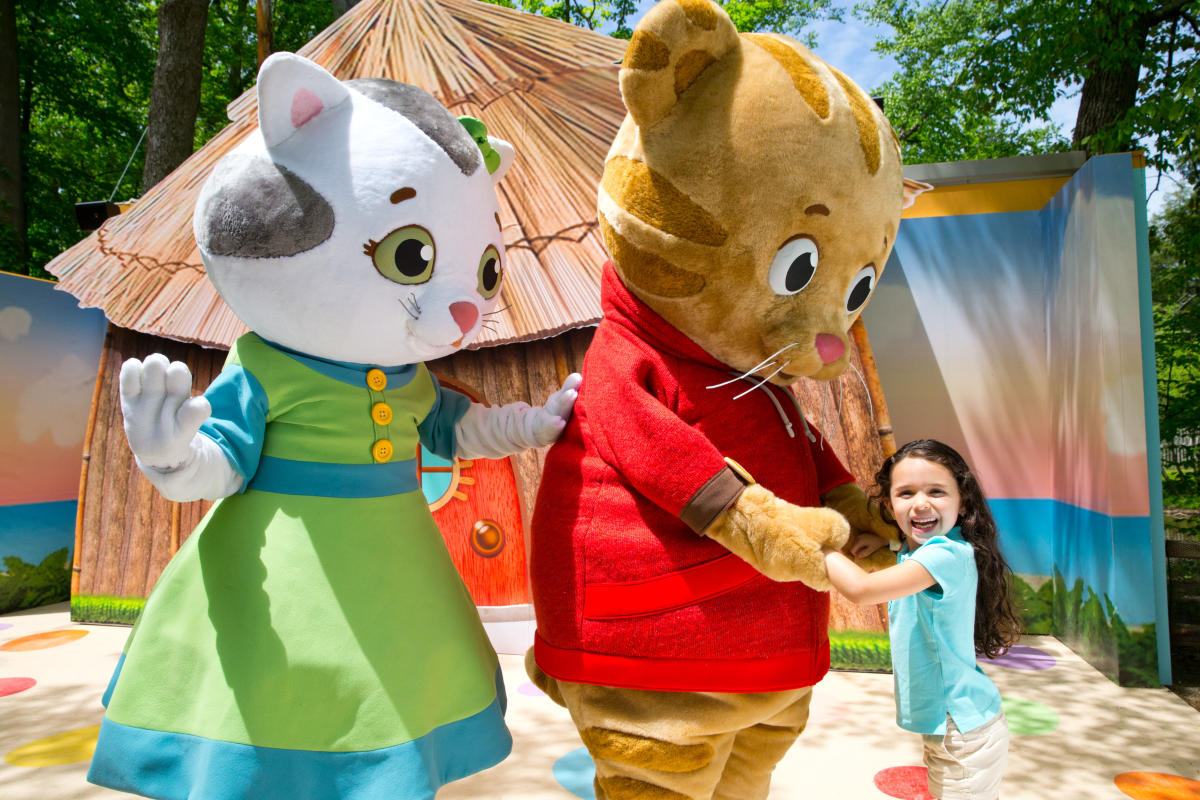 IDLE_DanielTigersNeighborhood_Hug_2015