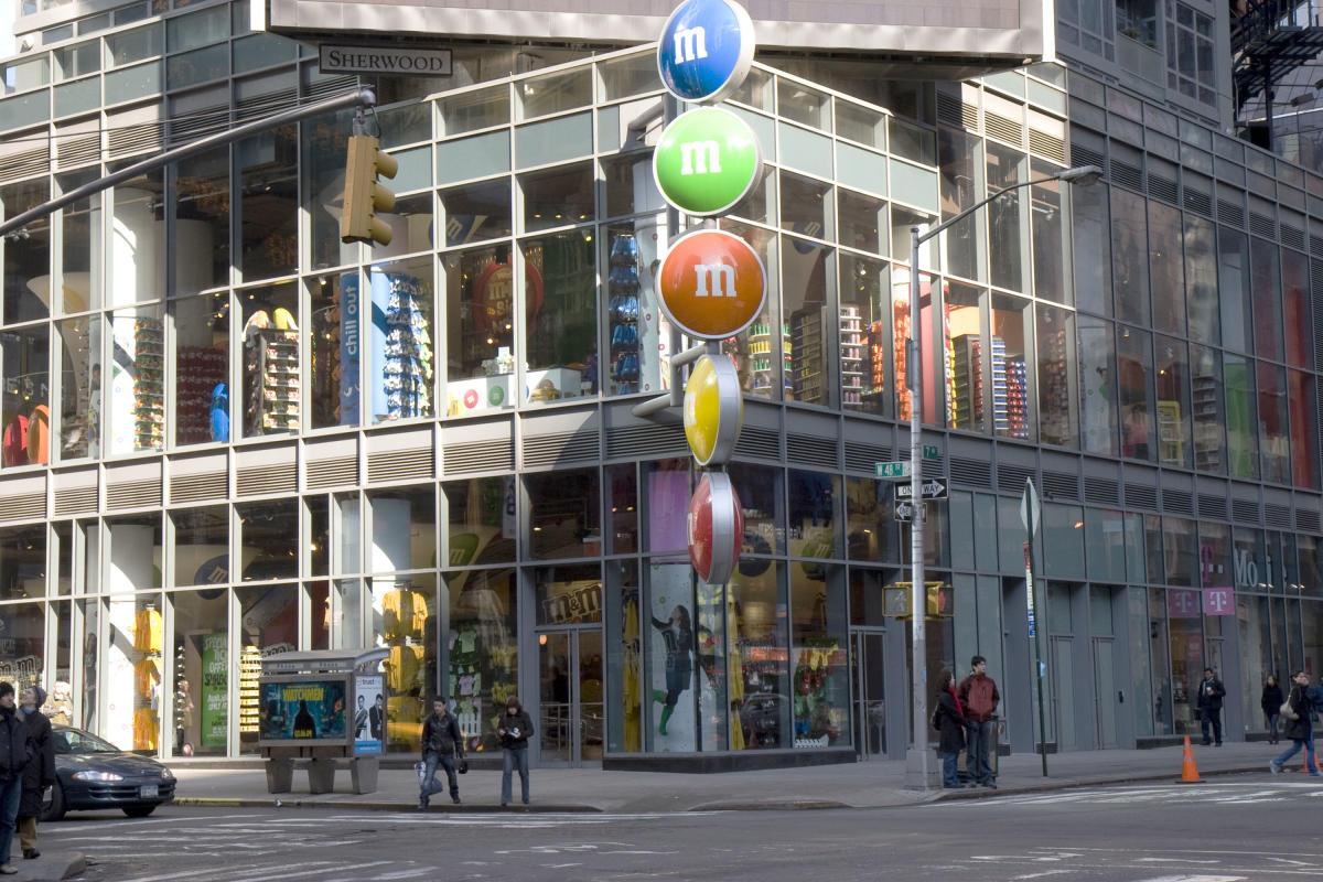M&M Store, exterior