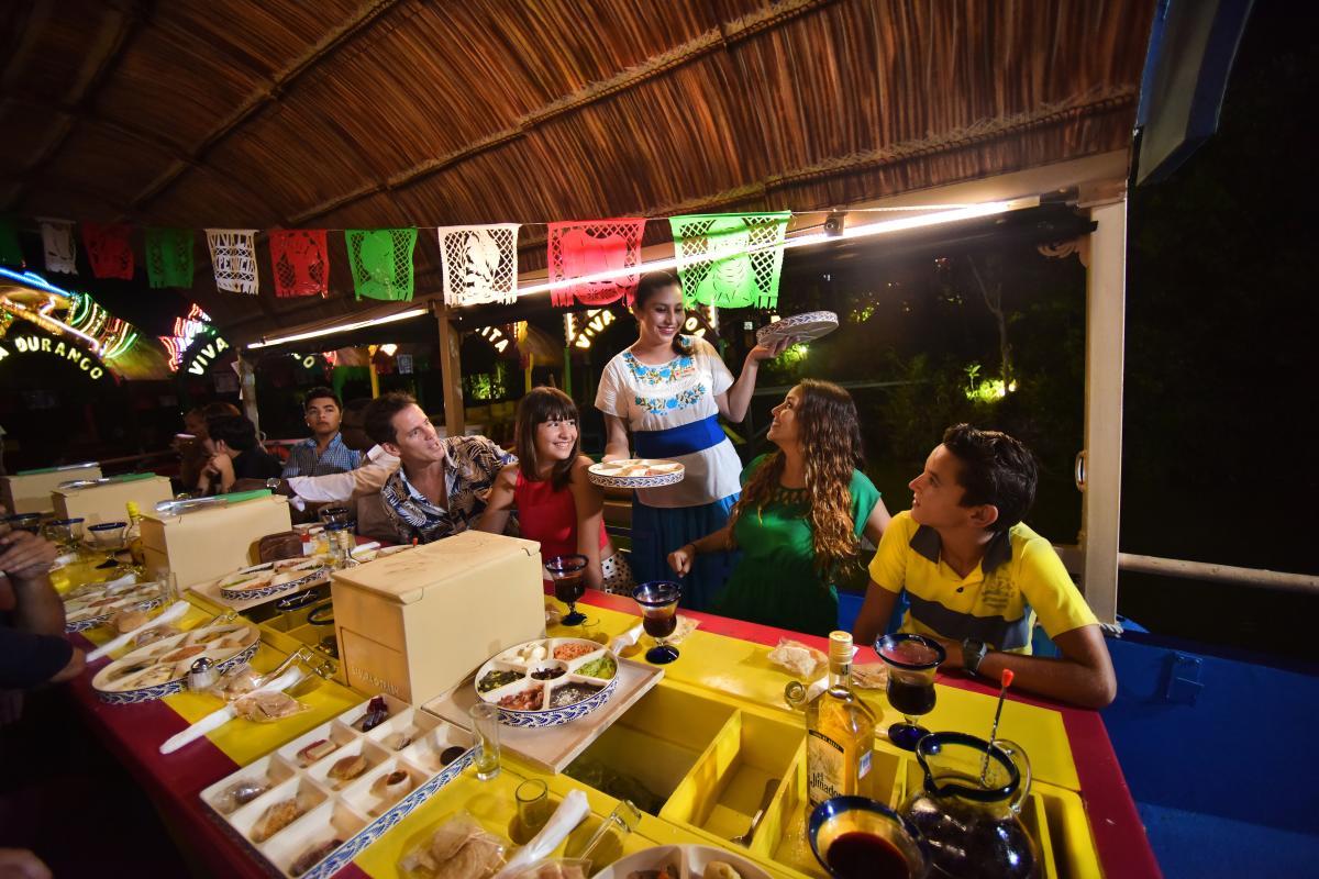 People eating on Trajinera