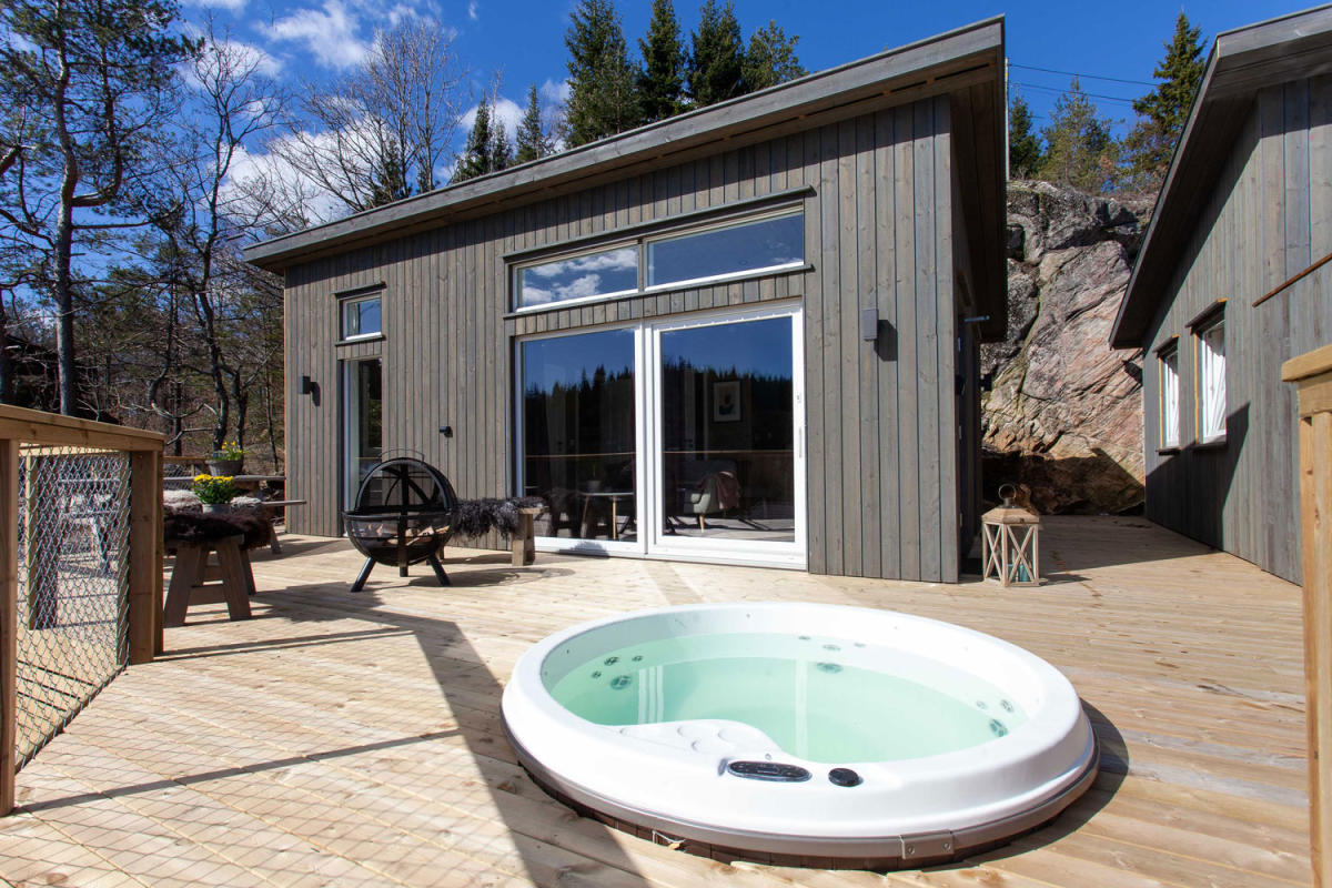 A terrace in front of a cabin with Jacuzzi