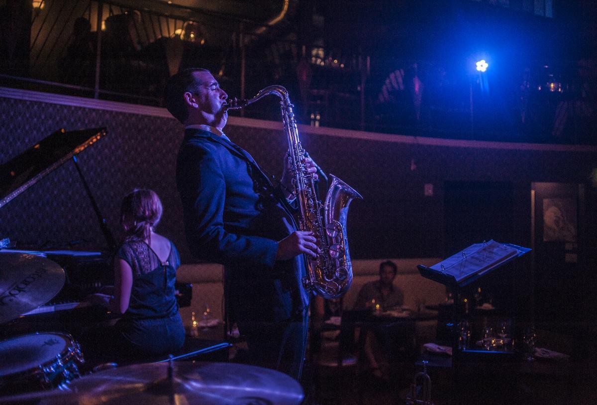 nocturne-jazz-saxophone-player