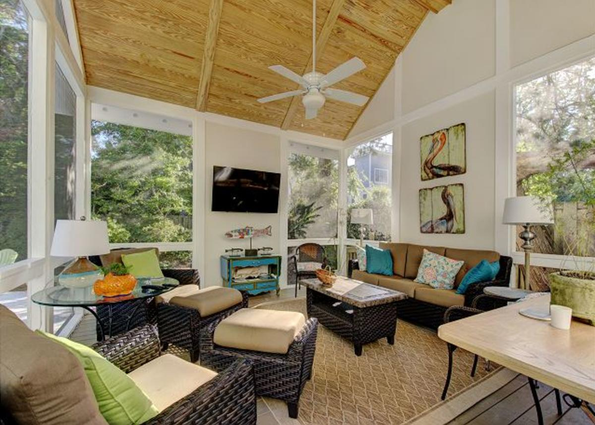 A vacation rental on St. Simons Island boasts a gorgeous screened in deck