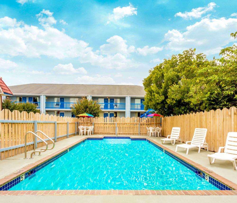 Travelodge_Bay_Beach-pool0.jpg