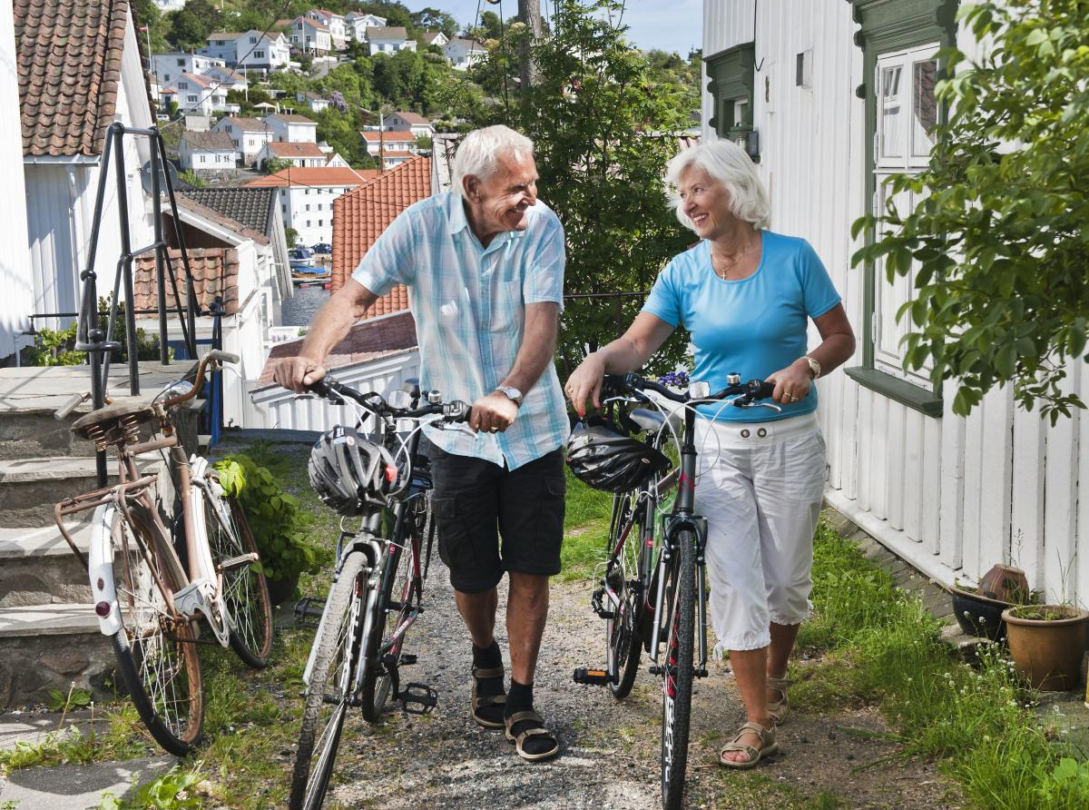 Couple with bikes in narrow street in Risør
