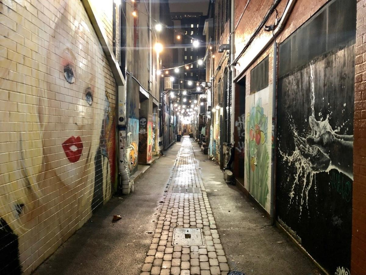 Strong Alley, Downtown