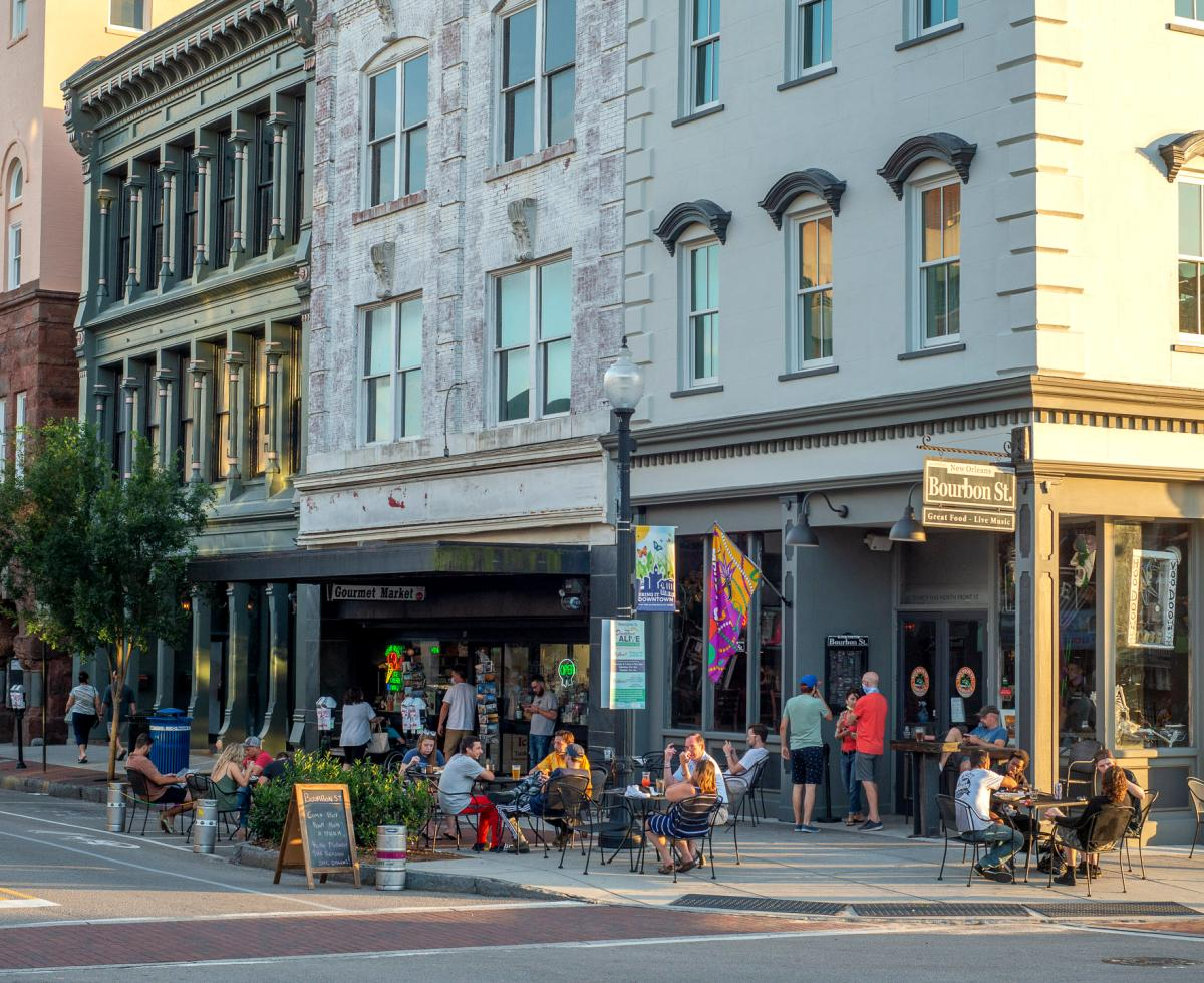 People dining at a sidewalk café in downtown Wilmington, NC