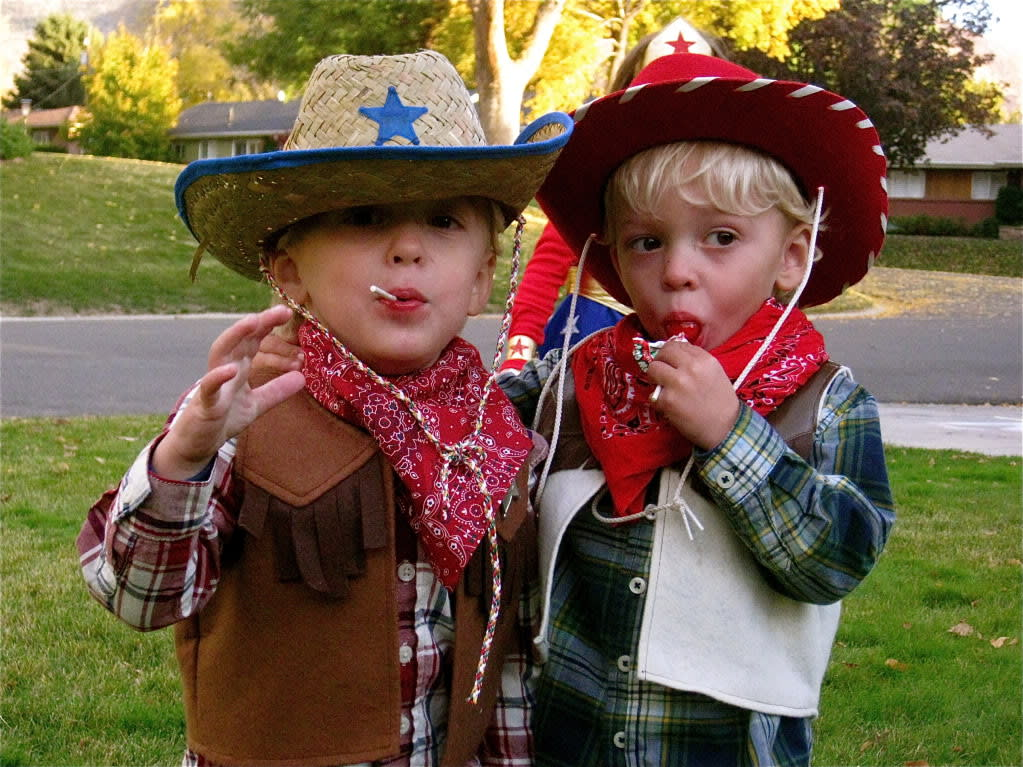 Kids dressed up as Butch Cassidy and the Sundance Kid