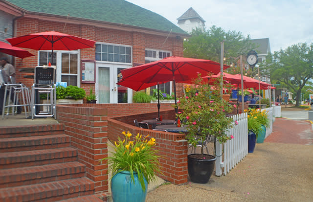 Outdoor dining in downtown Manteo, North Carolina